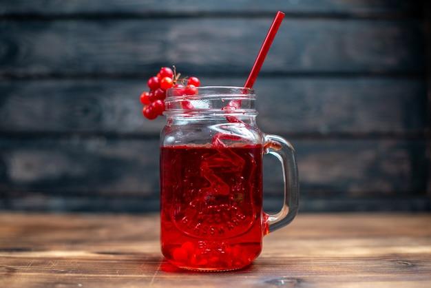 Vista frontal com suco de cranberry fresco dentro da lata na cor da foto da bebida de fruta em barra escura