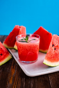 Vista frontal copo de melancia natural com suco