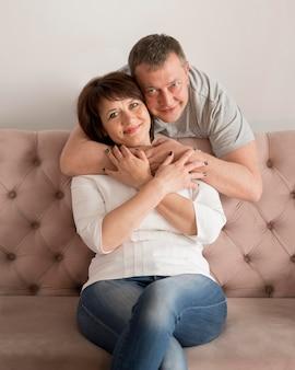 Vista frontal da adorável esposa e marido