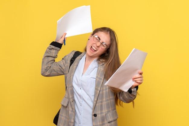 Vista frontal da aluna com arquivos