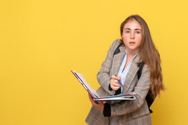 Vista frontal da aluna escrevendo notas