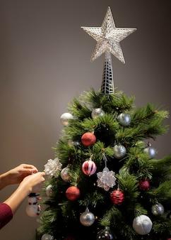 Vista frontal da árvore de natal com decoração estrela