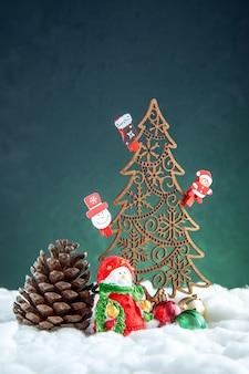 Vista frontal da árvore de natal de madeira com pinha de brinquedos