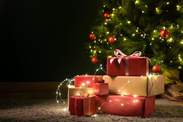 Vista frontal da árvore de natal e presentes