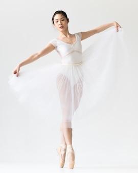 Vista frontal da bailarina com vestido de tutu