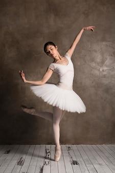 Vista frontal da bailarina vestindo um tutu