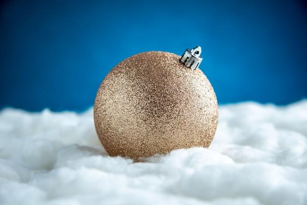 Vista frontal da bola dourada da árvore de natal