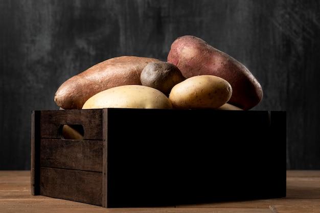 Vista frontal da caixa com batatas