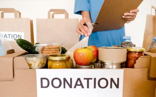 Vista frontal da caixa de doação com alimentos