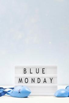 Vista frontal da caixa de luz com espaço de cópia para segunda-feira azul