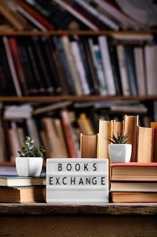 Vista frontal da caixa de luz e livros de capa dura na biblioteca