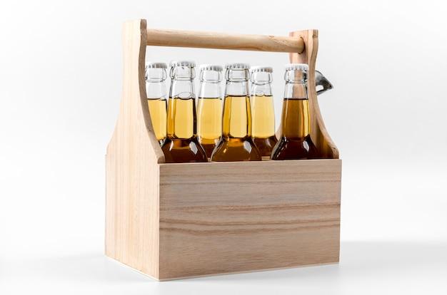 Vista frontal da caixa de madeira com cervejas