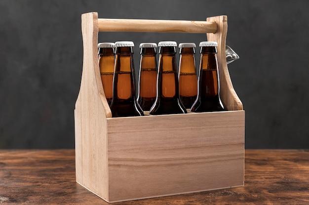 Vista frontal da caixa de madeira com garrafas de cerveja
