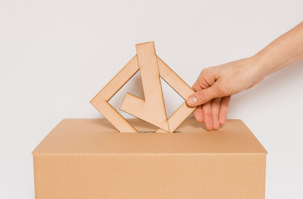 Vista frontal da caixa do conceito de eleições