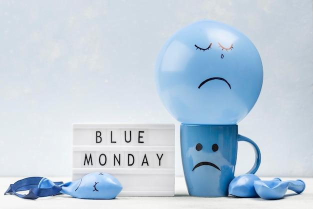 Vista frontal da caneca com carranca para segunda-feira azul Foto Premium