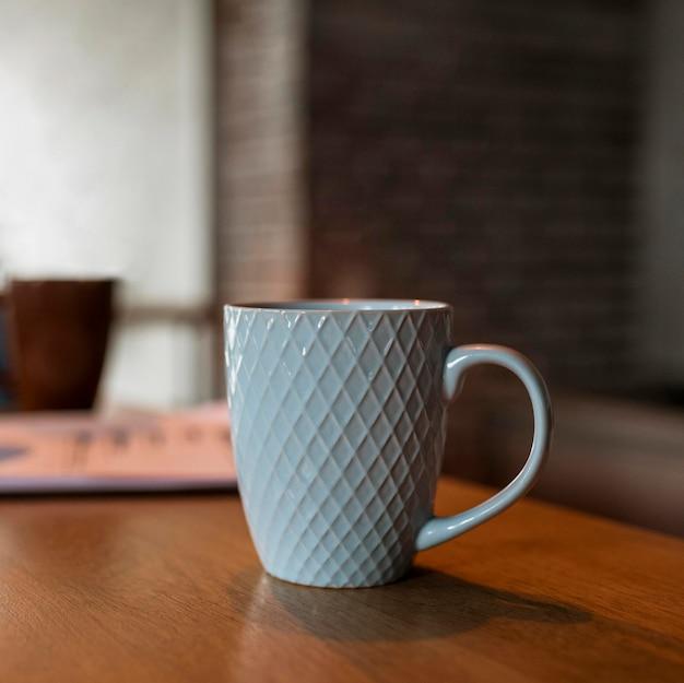 Vista frontal da caneca de café no balcão da mesa