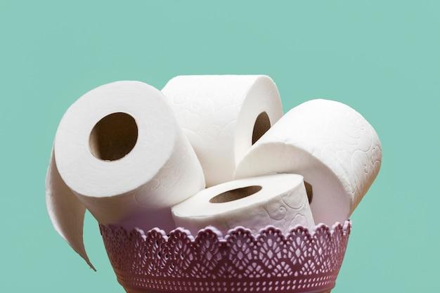 Vista frontal da cesta com papel higiênico