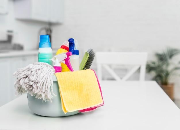 Vista frontal da cesta com produtos de limpeza