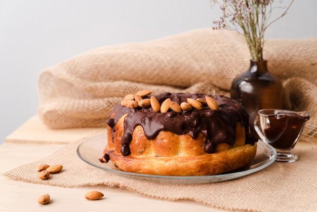 Vista frontal da cobertura de chocolate com amêndoas