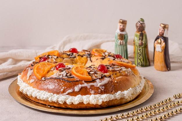 Vista frontal da comida do dia da epifania em prato dourado