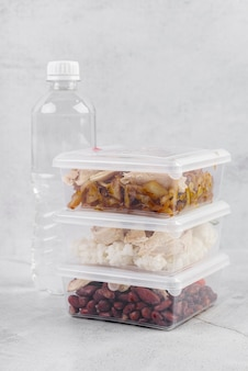Vista frontal da comida e garrafa de água