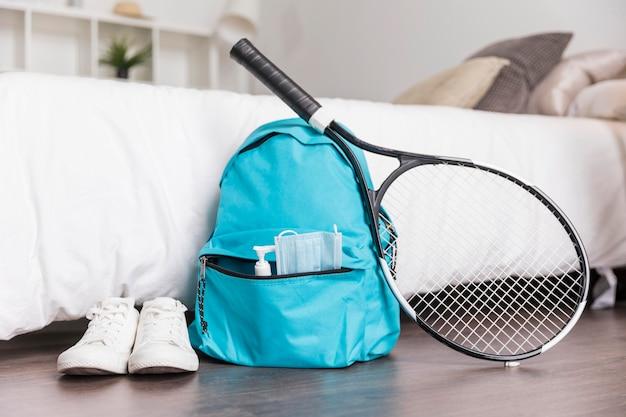 Vista frontal da composição da escola com mochila azul