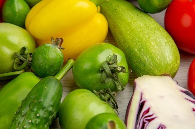 Vista frontal da composição vegetal com frutas no fundo branco dieta salada saúde foto madura