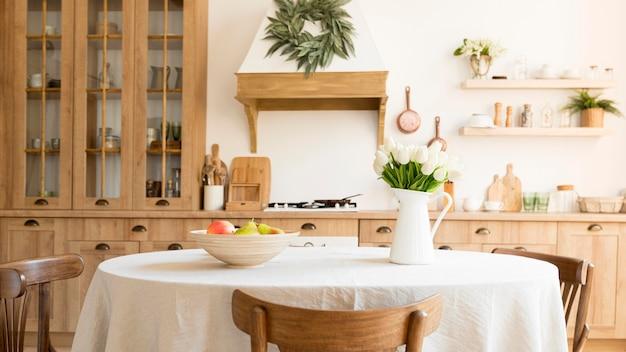 Vista frontal da cozinha com design interior rústico