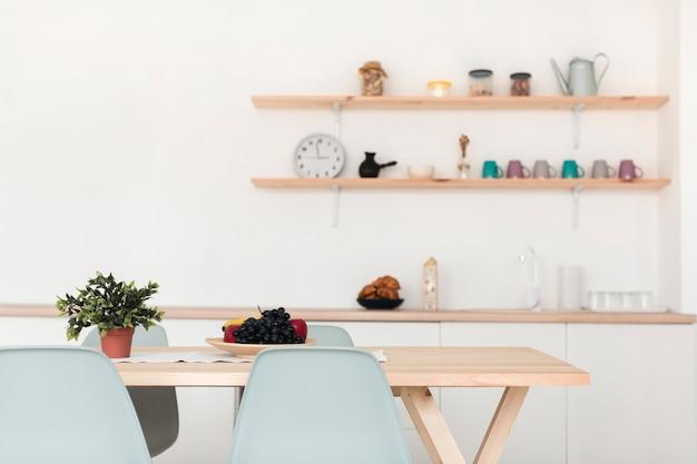 Vista frontal da cozinha da família