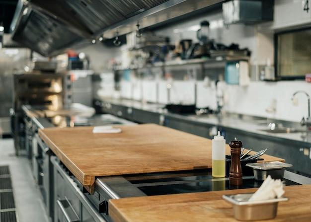 Vista frontal da cozinha profissional