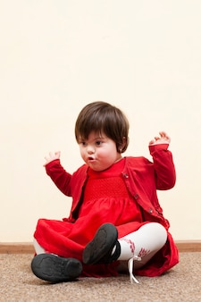 Vista frontal da criança com síndrome de down