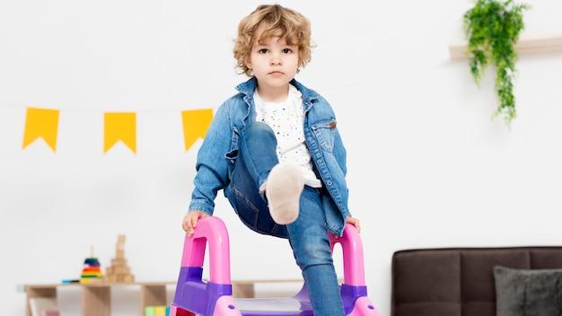 Vista frontal da criança usando slide