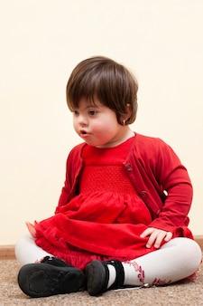 Vista frontal da criança