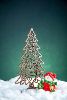 Vista frontal da decoração da árvore de natal pequeno sowman