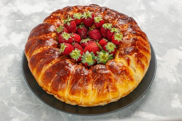 Vista frontal da deliciosa torta de morango com morangos vermelhos frescos na mesa branca
