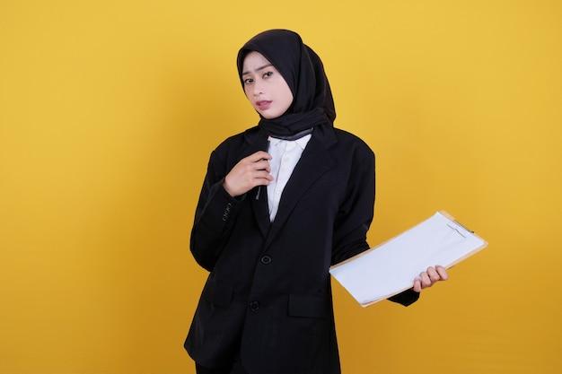 Vista frontal da elegante empresária segurando a prancheta, trabalhadora satisfeita