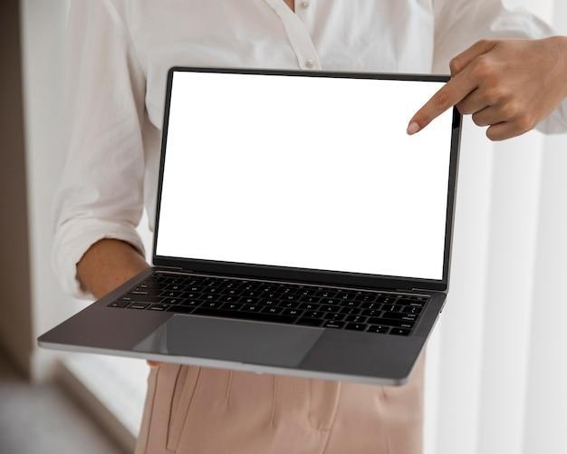 Vista frontal da empresária com laptop