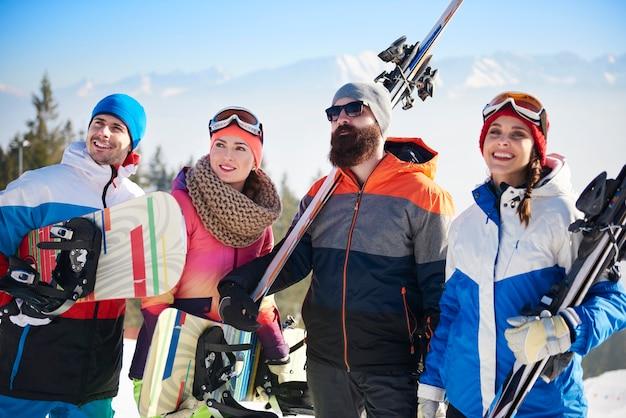 Vista frontal da equipe de jovens snowboarders