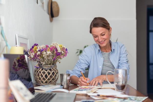 Vista frontal da escrita feminina feliz