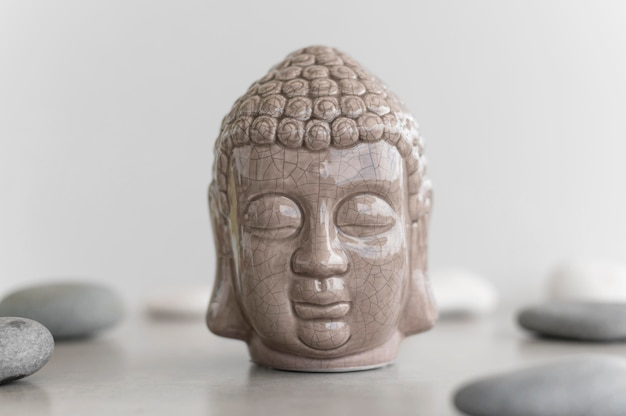 Vista frontal da estátua da cabeça de buda