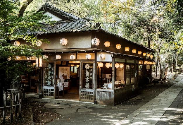 Vista frontal da estrutura do templo japonês