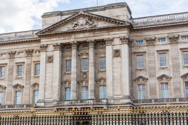 Vista frontal da fachada do palácio de buckingham em londres