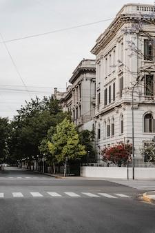 Vista frontal da faixa de pedestres da cidade com o edifício