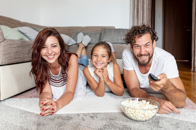 Vista frontal da família a passar tempo juntos