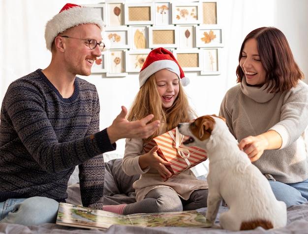 Vista frontal da família no conceito de natal