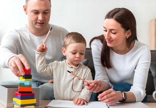 Vista frontal da família tocando juntos