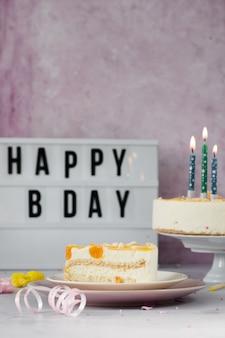 Vista frontal da fatia de bolo com mensagem de feliz aniversário