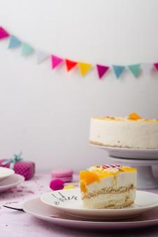 Vista frontal da fatia de bolo no prato com festão
