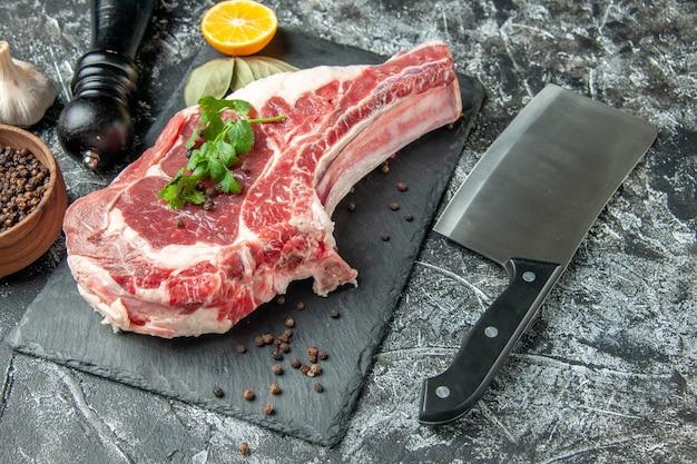 Vista frontal da fatia de carne fresca em cinza claro cozinha animal vaca frango carne açougueiro