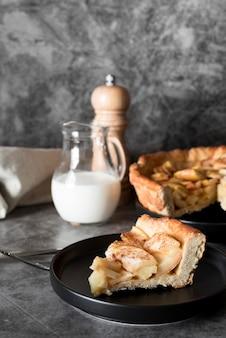 Vista frontal da fatia de torta de maçã no prato